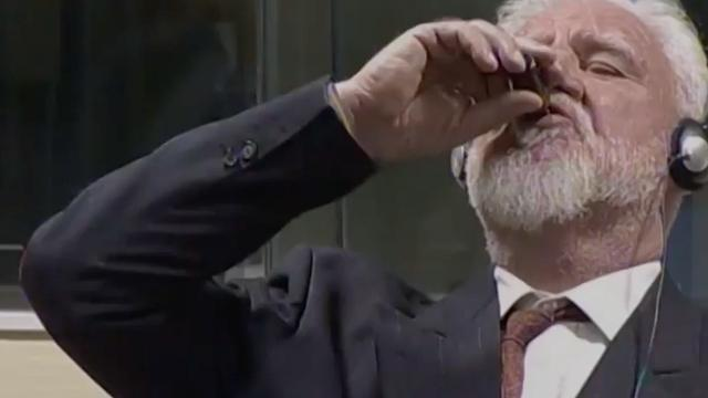 Veroordeelde Joegoslavië-Tribunaal naar ziekenhuis na slikken 'gif' tijdens zitting