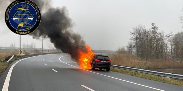 Auto brandt volledig af op A2 knooppunt Holendrecht