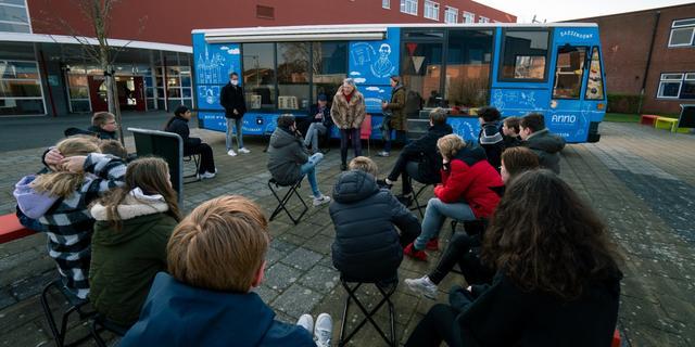 Felblauwe bus rijdt door Zwolle om vrijheidsverhalen te vertellen