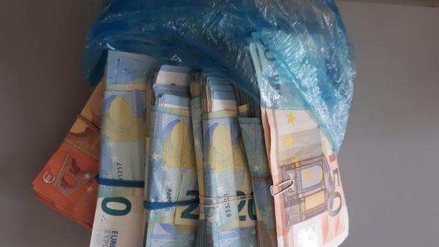 Politie neemt boterhamzakje met duizenden euro's in beslag in Bergen op Zoom