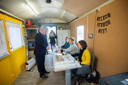 Burgemeester Jan van Zanen brengt met gemengde gevoelens stem uit