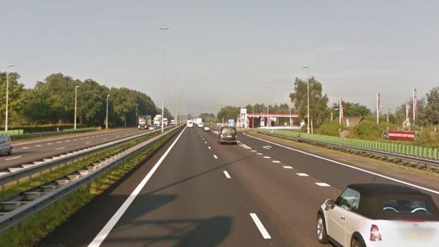 Bestuurder onder invloed van drugs rijdt auto vast in berm langs A58