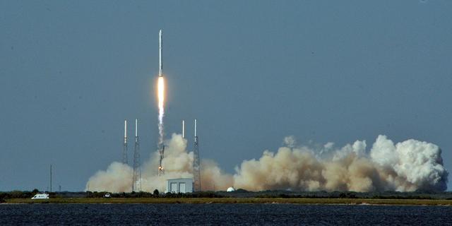SpaceX laat deel van ISS-raket landen op zeeplatform