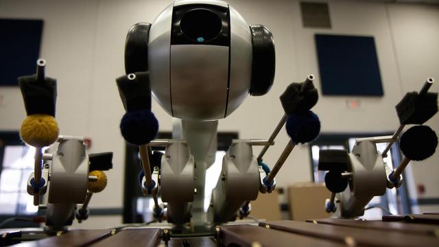 Zelflerende robot speelt eigen muziek op marimba