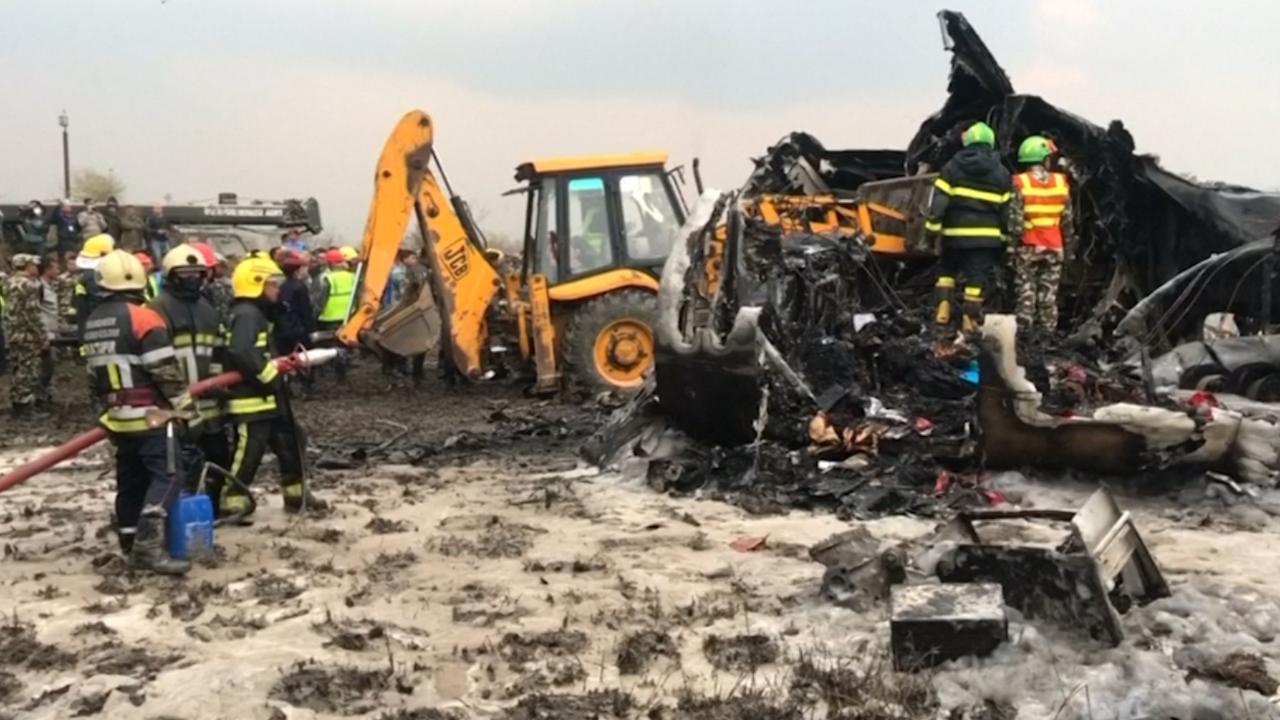 Brandweer Nepal zoekt naar slachtoffers na vliegtuigcrash