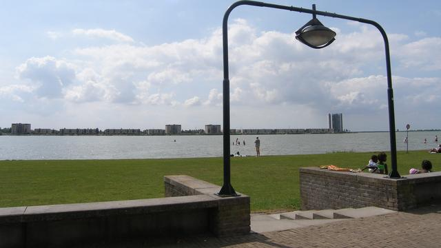 Waterskibaan, camperplaatsen en breder strand aan Boulevard Bergen op Zoom