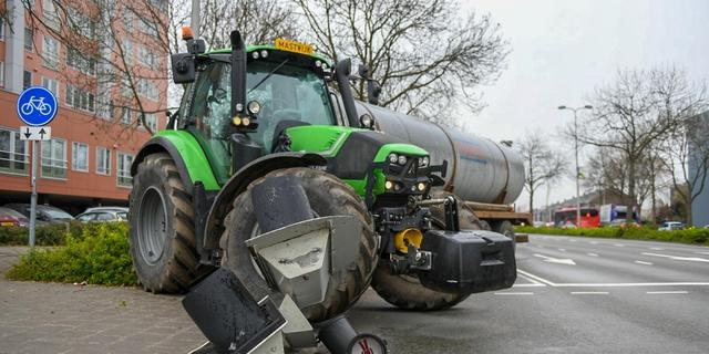 Tractor botst tegen stoplicht op Prins Bernhardlaan