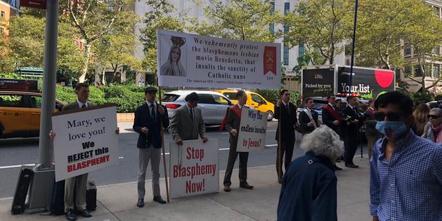 Katholieken demonstreren tegen film over lesbische non van Paul Verhoeven