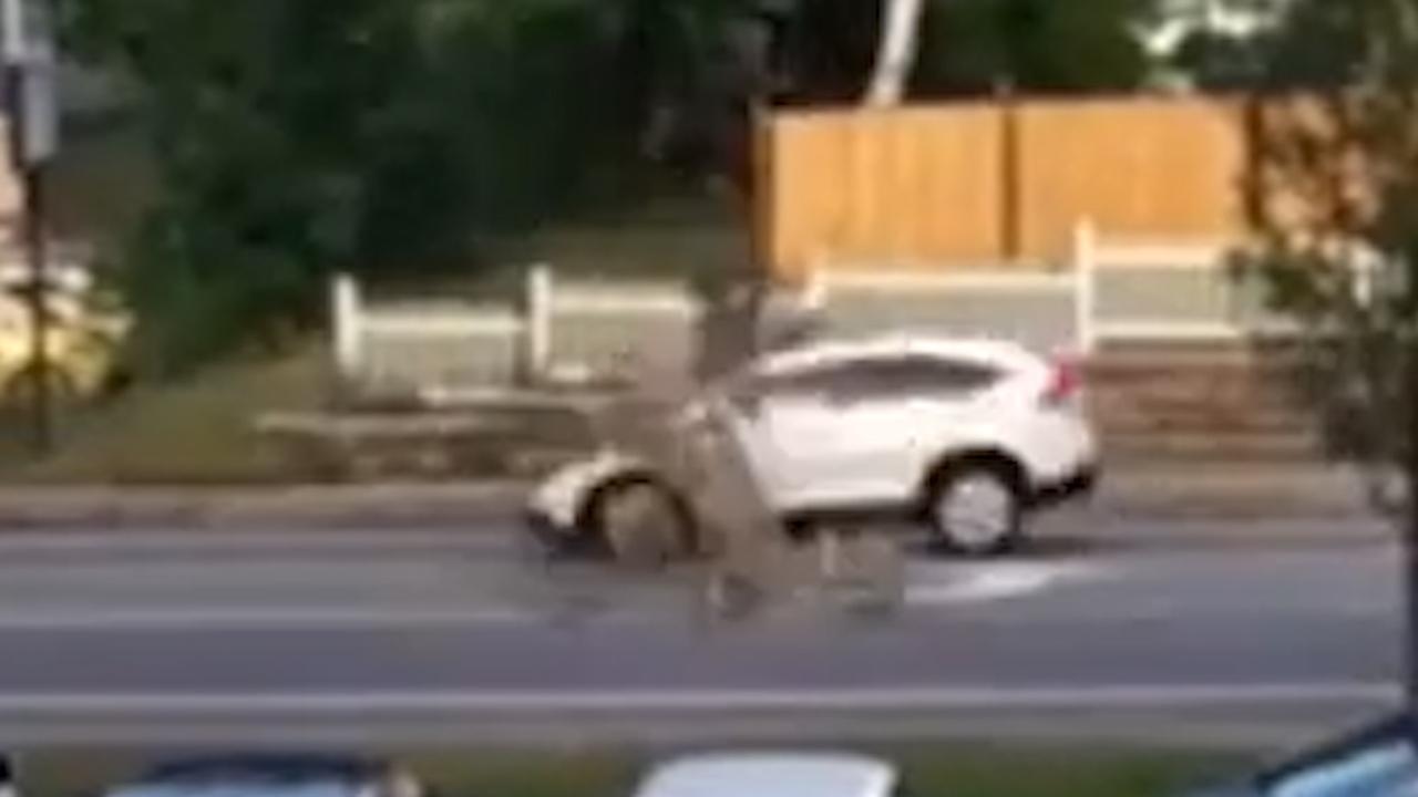 Boom valt op rijdende auto in New Hampshire