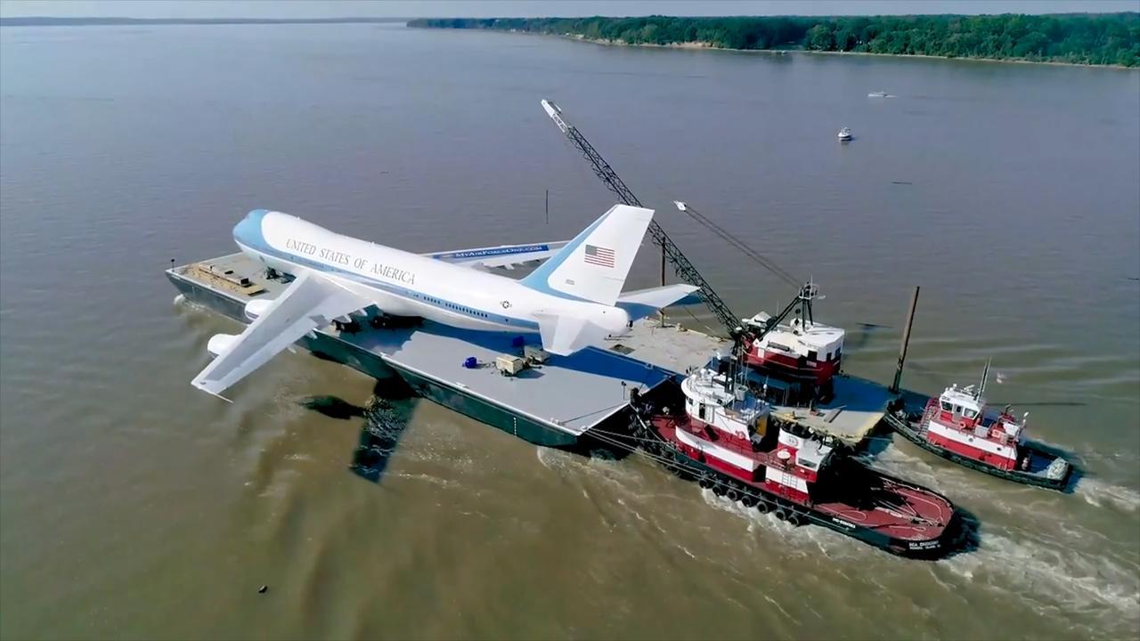 Replica Air Force One op ponton vervoerd in VS