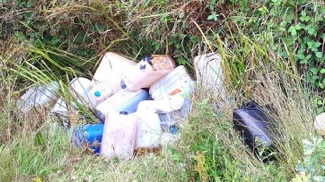 Politie vindt tientallen vaten met drugsafval in sloot in Standdaarbuiten