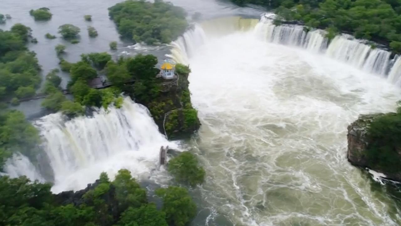 Zeldzame hoefijzerwaterval ontstaan door hevige regen in China