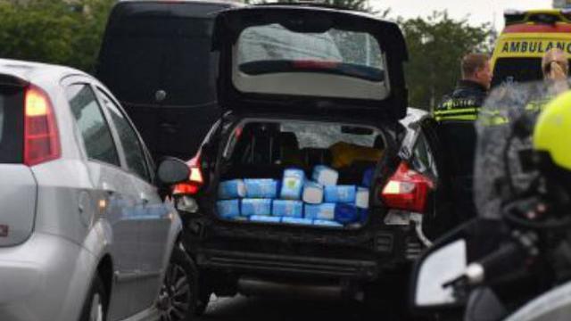 Politie vindt kofferbak vol melkpoeder na aanrijding in Alphen