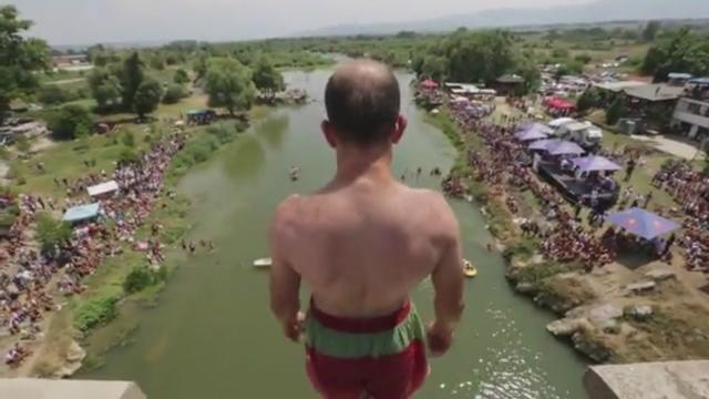 Kosovaren springen van 22 meter hoge brug bij duikkampioenschap