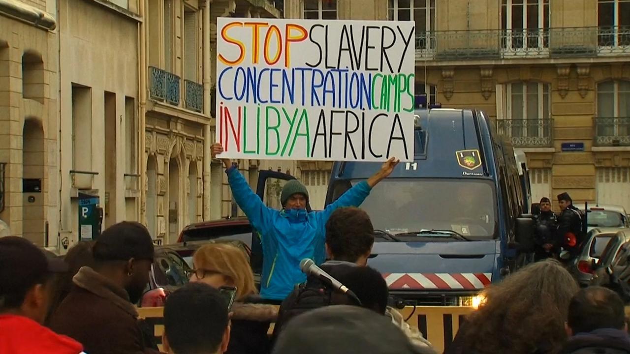 Betogers demonstreren in Parijs tegen slavernij in Libië