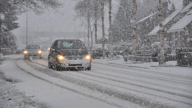 A50 bij Renkum dicht na ongeluk met vrachtwagens door gladheid.