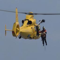 Reddingshelikopter trekt man uit drijfzand in Zeeland