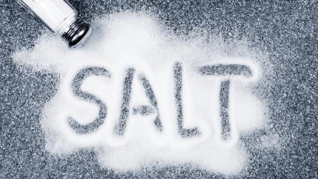 Zo reageert je lichaam op te veel zout eten