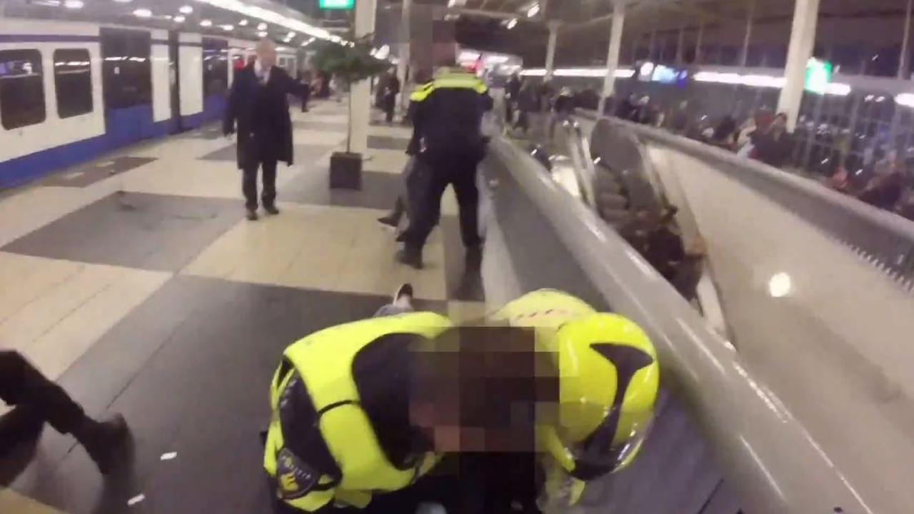 Politie filmt arrestatie dronken drietal bij Amstelstation