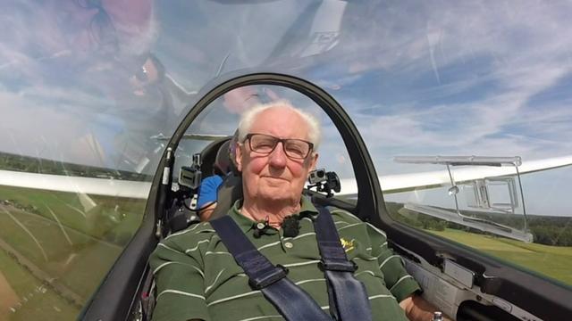 Utrechter (83) geniet van vliegtocht met zestig jaar oude tegoedbon