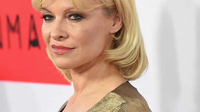 Pamela Anderson neemt het op voor Assange in verkrachtingszaak