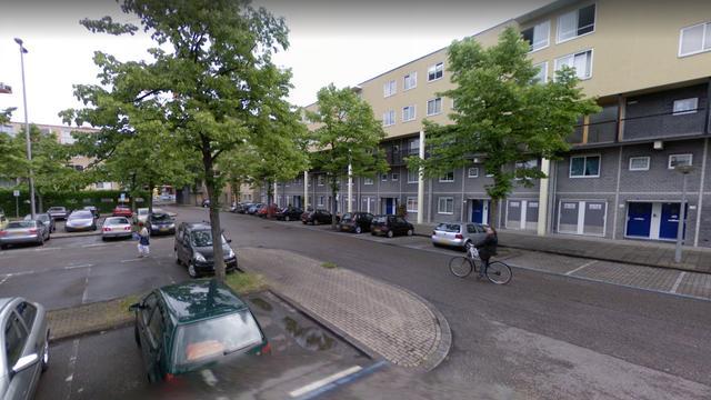 Fiets belandt na botsing onder auto in Noord