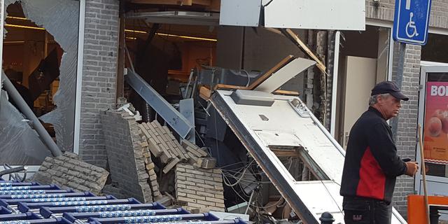 Grote schade bij gevel supermarkt Heesch na plofkraak