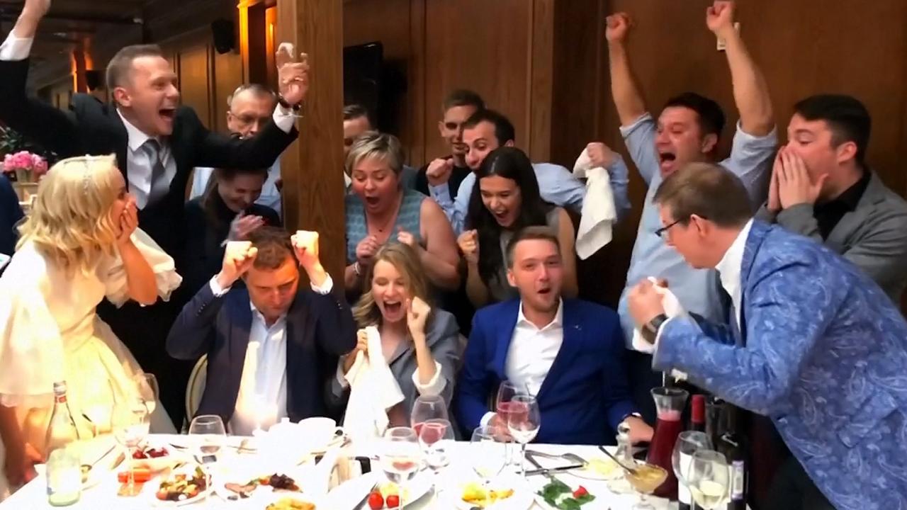 Kersvers echtpaar Rusland onderbreekt feest om WK-wedstrijd Spanje