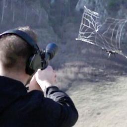 Video | Speciaal wapen in Duitse gevangenis vangt drones met netten