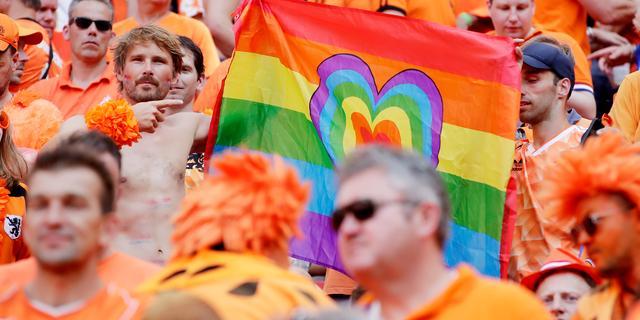 Regenboogvlag mag van UEFA wel in stadion: 'Wij gaan niet over fanzone'