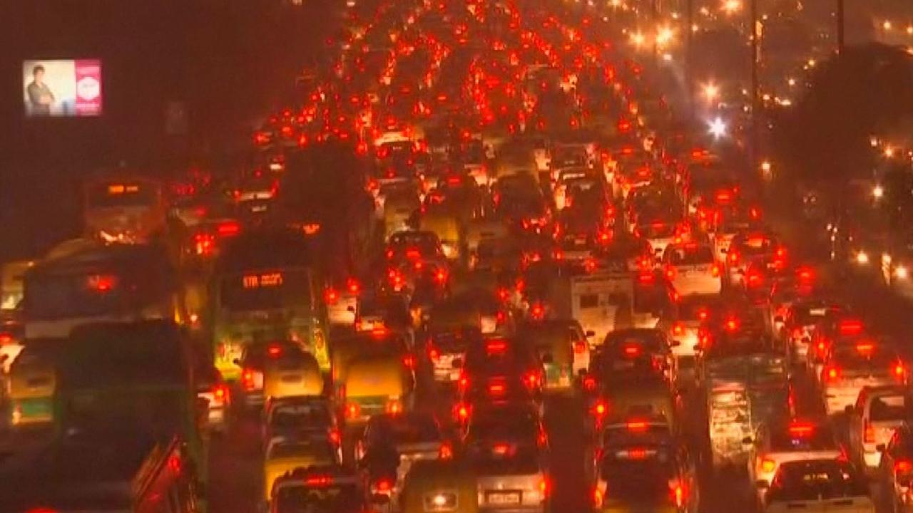 Duizenden auto's muurvast in zware file New Delhi
