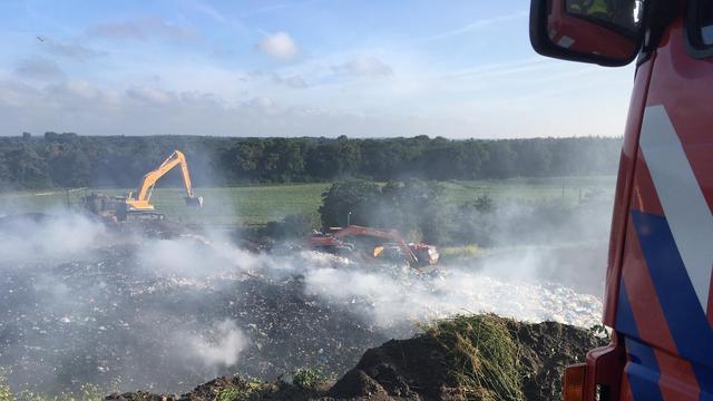 Brandweer nog uren bezig met blussen brandende afvalberg Bergen op Zoom