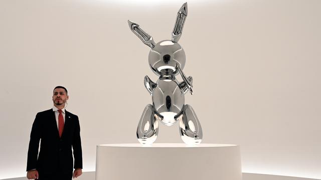 Rabbit van kunstenaar Jeff Koons levert recordbedrag op bij veiling
