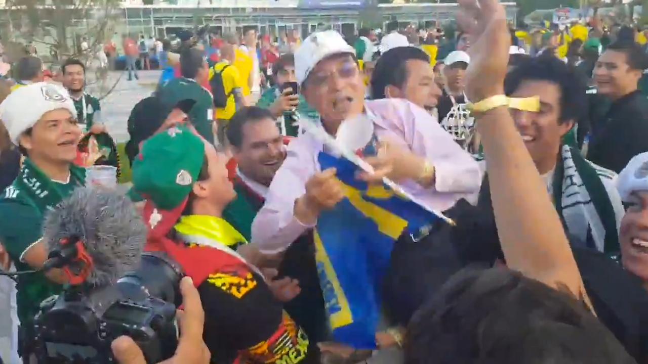 Mexicaanse fans tillen massaal Zuid-Koreanen op schouders