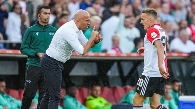 Arne Slot geeft Jens Toornstra aanwijzingen tijdens de wedstrijd.
