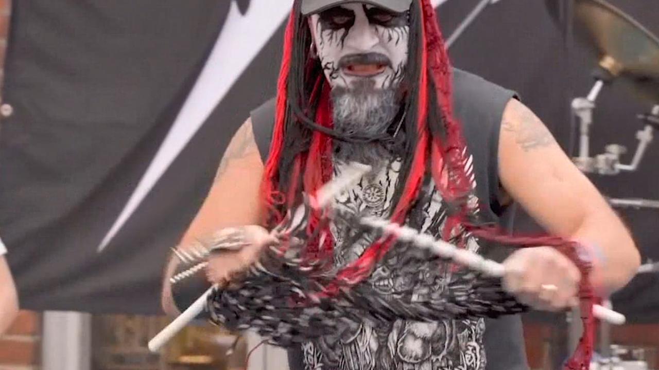 Deelnemers sloven zich uit op WK heavy metal-breien in Finland