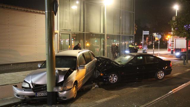 Automobilist botst op geparkeerde auto op kruising bij de Escamplaan