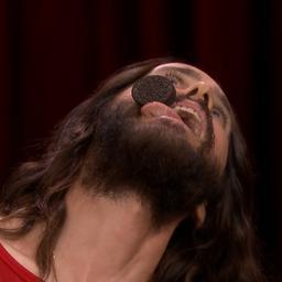 Jared Leto brengt zonder handen Oreo van voorhoofd naar mond
