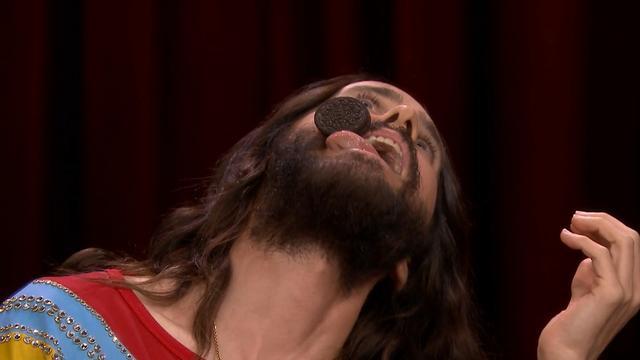 Jared Leto brengt Oreo van voorhoofd naar mond zonder handen