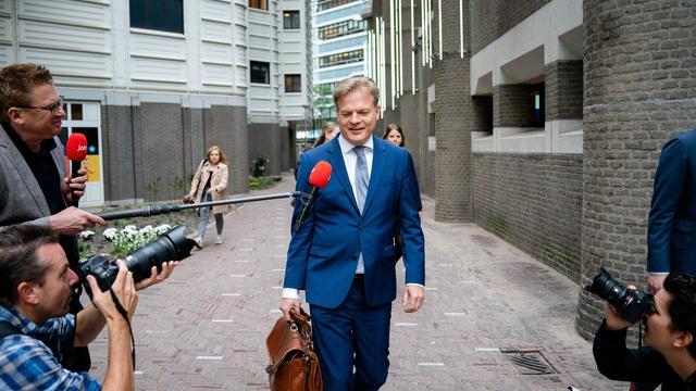 Pieter Omtzigt komt aan bij het gebouw van de Tweede Kamer.