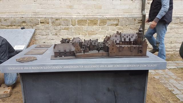 Bronzen kunstwerk op binnenplaats Markiezenhof onthuld