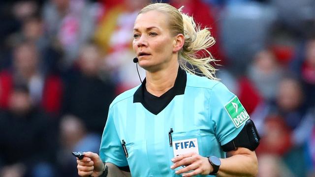 Vrouwelijke toparbiter Steinhaus beëindigt carrière plots na Bayern-Dortmund