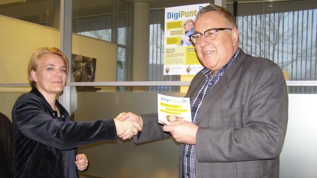 Wethouder Cor van Geel opent DigiPunt aan de Fabrieksdijk
