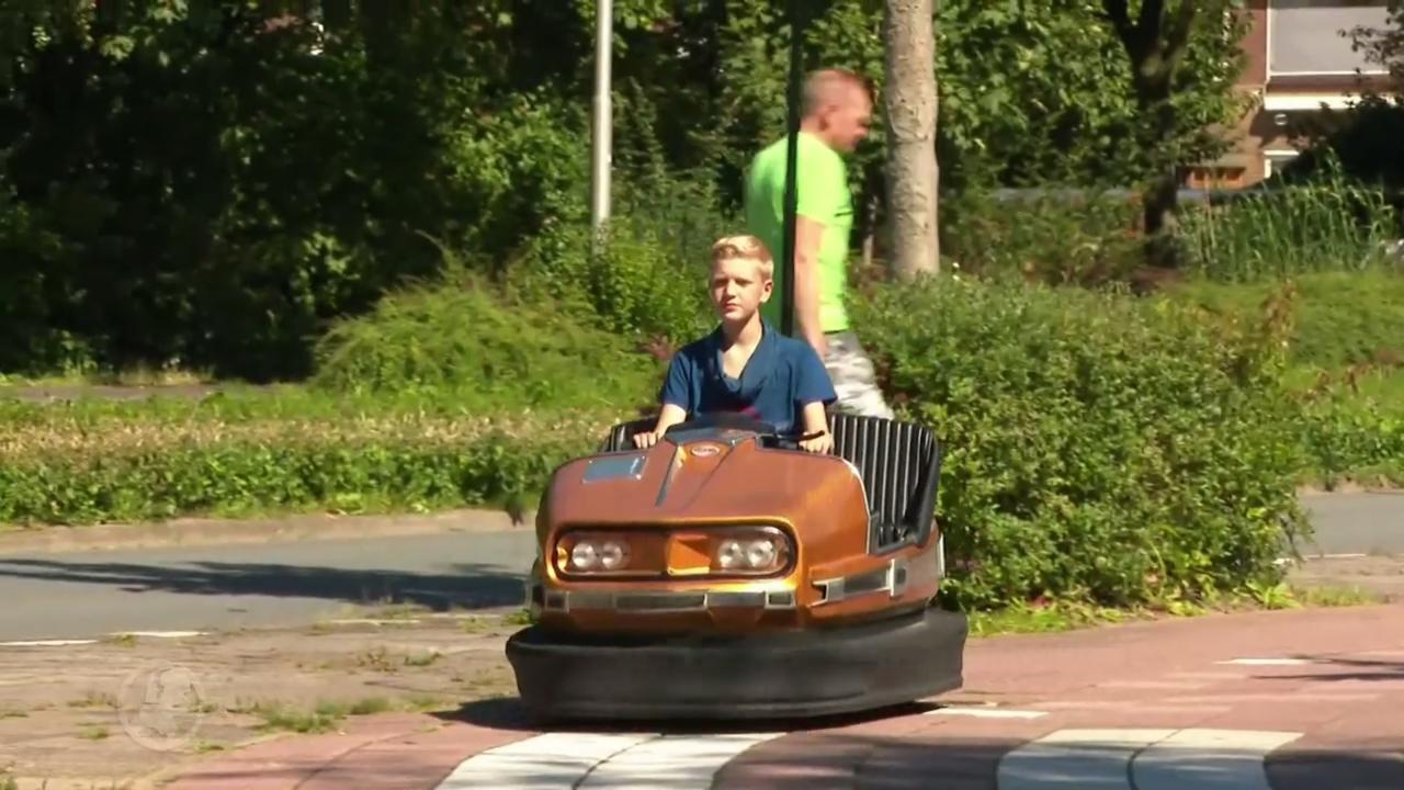 Deze jongen gaat altijd met een botsauto naar school