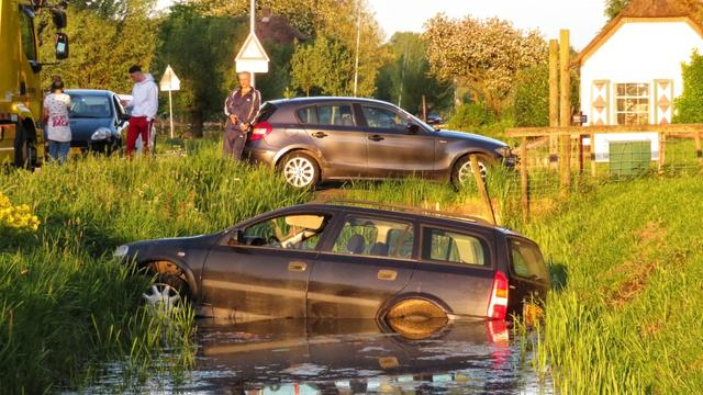 Auto te water in sloot langs Ridderbuurt