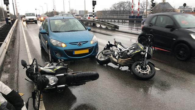 Motorrijinstructeur gewond na aanrijding met auto