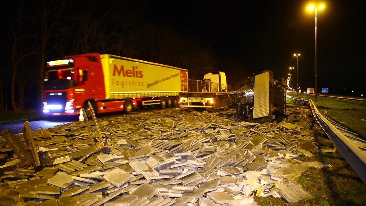 Ravage op A50 na ongeval met vrachtwagen vol stoeptegels