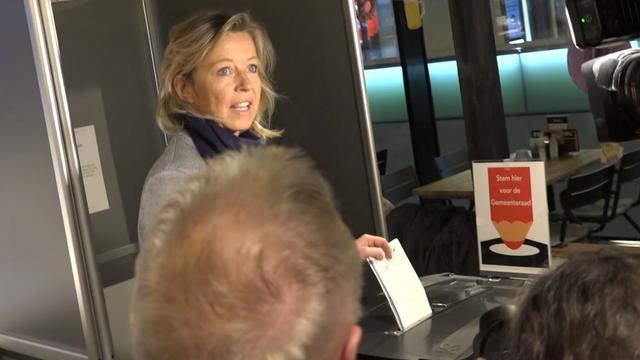 Kajsa Ollongren brengt stem uit in Amsterdam