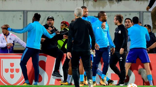Marseille-speler Evra krijgt al voor aftrap rood na vechtpartij met eigen fan