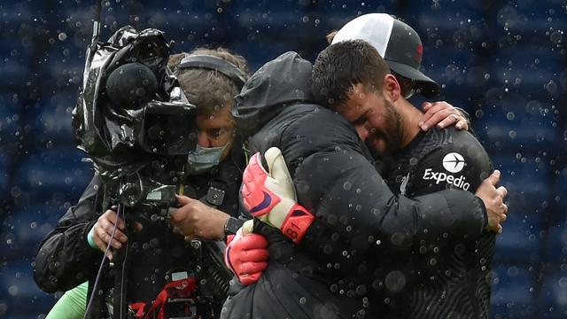 Alisson kreeg na afloop van de wedstrijd een knuffel van manager Jürgen Klopp.